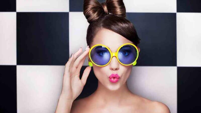 очки с яркими оправами